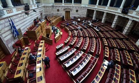 Μπαράζ προσλήψεων και μετατάξεων στη Βουλή – Βάζουν κόρες, συζύγους και κομματικά στελέχη