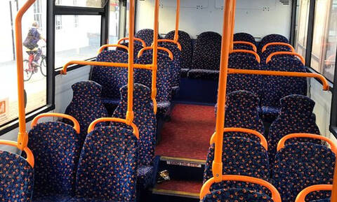 Ξέρεις γιατί έχουν πολύχρωμα σχέδια τα καθίσματα των λεωφορείων;