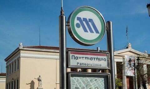 Απίστευτο: Πάρκαρε το μηχανάκι μέσα στη στάση του μετρό «Πανεπιστήμιο» (photo)