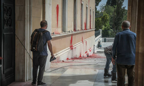 Ελεύθερο με εγγύηση το ηγετικό στέλεχος του Ρουβίκωνα για την επίθεση με μπογιές στη Βουλή