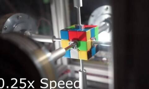 Απίστευτο: Ρομπότ έλυσε τον κύβο του Ρούμπικ σε 0,38 δευτερόλεπτα (video)