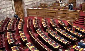 Παραιτήσεις μετά το σάλο για προσλήψεις και δεκάδες μετατάξεις στη Βουλή