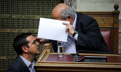 «Παγώνουν» με εντολή Τσίπρα όλες οι μετατάξεις στη Βουλή