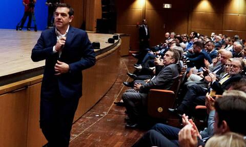 Τσίπρας στο ΣΕΤΕ: Οι πόζες με τις αεροσυνοδούς και η συνάντηση με τον Κυμπουρόπουλο