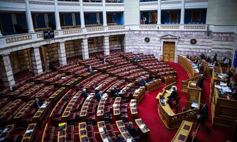Τελευταία συνεδρίαση στη Βουλή: Καταργείται η μείωση του αφορολόγητου