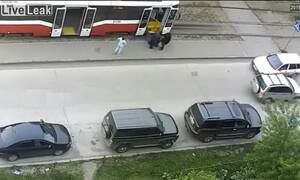 Σοκ: Έπαθε εγκεφαλικό στο τραμ και τον παράτησαν στον δρόμο (vid)