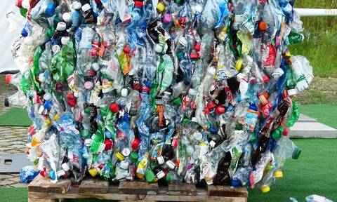 Ο μέσος άνθρωπος τρώει έως 121.000 μικροπλαστικά σωματίδια τον χρόνο