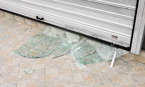 Επίθεση με βαριοπούλες σε υποκατάστημα τράπεζας στην Καλλιρόης