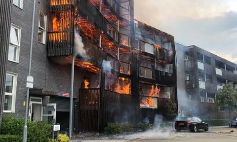 Λονδίνο: Μεγάλη φωτιά σε συγκρότημα διαμερισμάτων