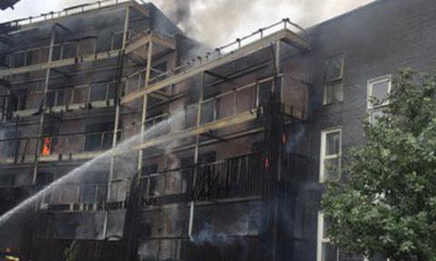 Φωτιά σε πολυκατοικία στο Λονδίνο: Δεν έχουν αναφερθεί τραυματισμοί (pics+vids)
