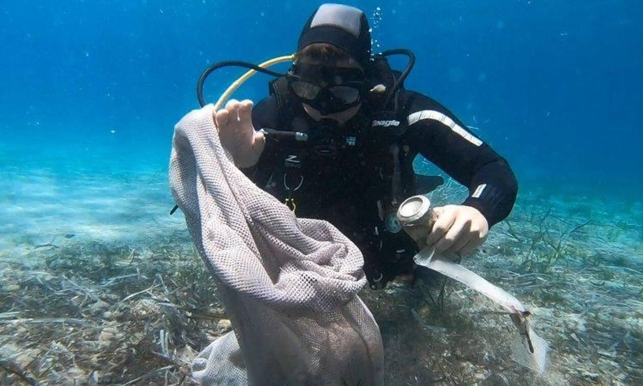 «Save the Sea»: Η Green Team του ΟΦΕΤ καθάρισε θάλασσες και ακτές της Μυκόνου