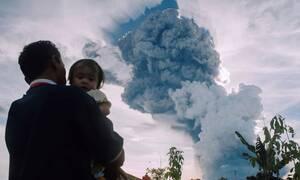 Συναγερμός στην Ινδονησία: «Ξύπνησε» το ηφαίστειο Σιναμπούνγκ (vids)