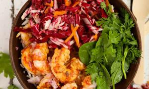 Η συνταγή της ημέρας: Υγιεινό μπολ (Buddha bowl) με γαρίδες και λαχανικά