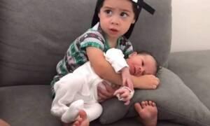 Μπόμπιρας παίρνει τον αδερφό του αγκαλιά για πρώτη φορά-Δείτε τι ακολουθεί!