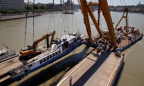 Ουγγαρία: Ανελκύστηκε το μοιραίο ποταμόπλοιο - Βρέθηκαν πτώματα στο εσωτερικό του (vid)