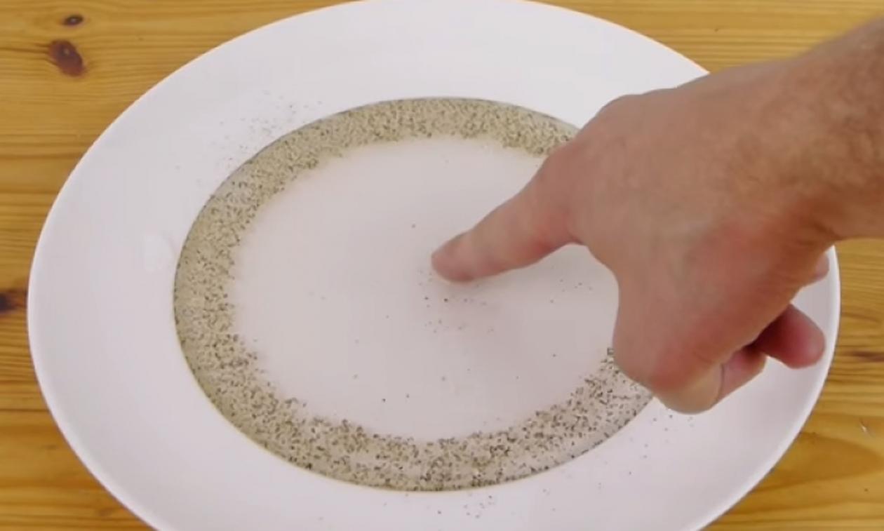 Παίρνει πιπέρι και κάνει το απόλυτο κόλπο... Θα το δοκιμάσετε αμέσως! (video)