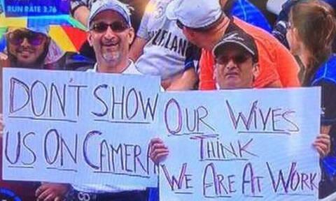 Την πάτησαν: Πήγαν στο γήπεδο κρυφά από τις γυναίκες τους, αλλά τους έδειξε η κάμερα! (pics)