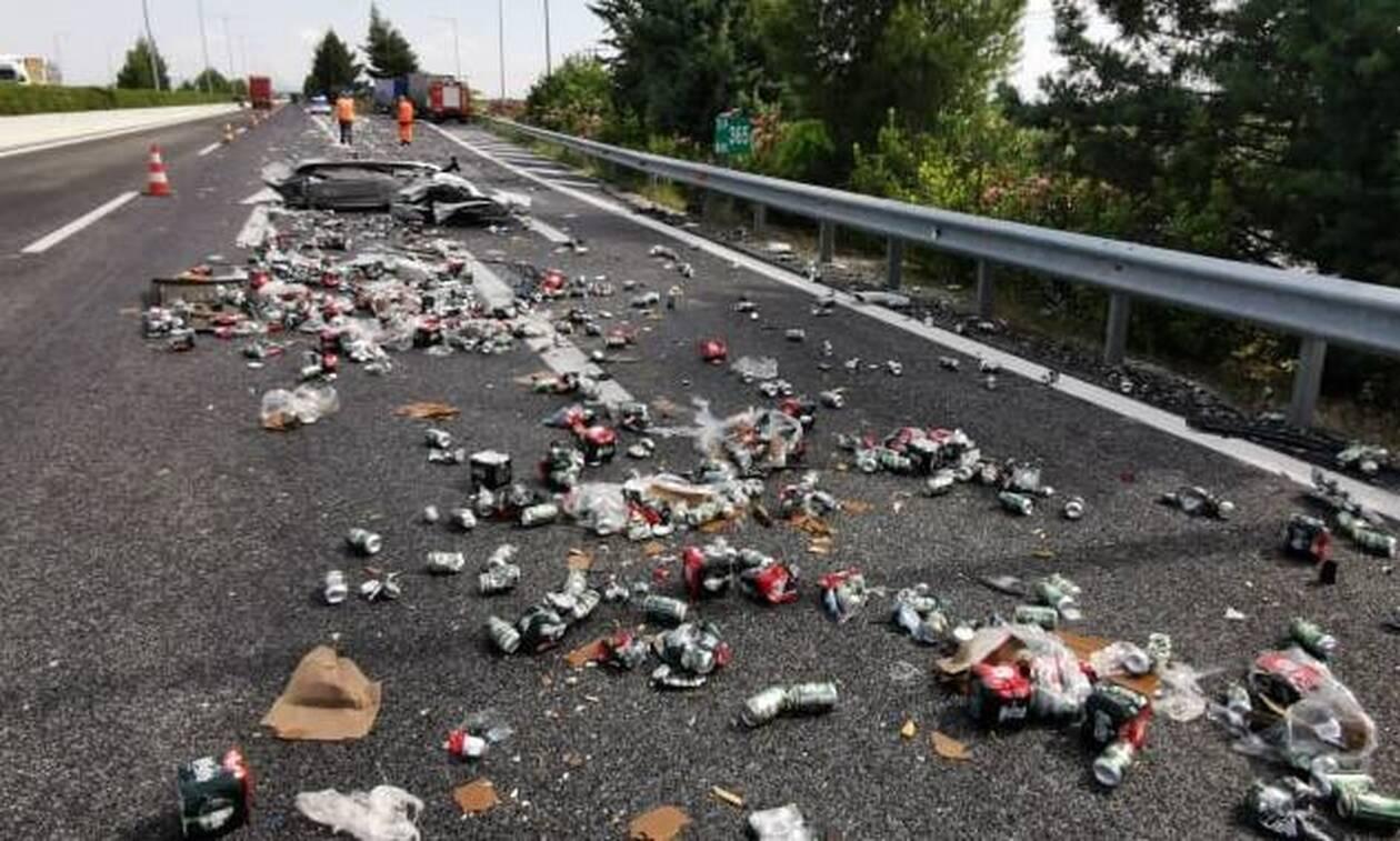 Χάος στην εθνική οδό: Ο δρόμος γέμισε μπύρες – Δείτε τις εικόνες