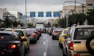 Συγγρού: Συγκρούστηκε με ταξί, ανέβηκε στη νησίδα και ξήλωσε φανάρι