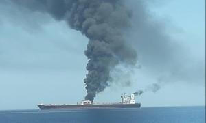 «Κόλαση» στον Κόλπο του Ομάν: Από τορπίλες και μαγνητικές νάρκες χτυπήθηκαν τα δεξαμενόπλοια