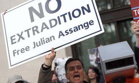 Ένα βήμα πιο κοντά στην έκδοσή του στις ΗΠΑ ο Τζούλιαν Ασάνζ