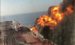 «Κόκκινος» συναγερμός στον Κόλπο του Ομάν: Συγκλονίζουν οι εικόνες από το φλεγόμενο τάνκερ