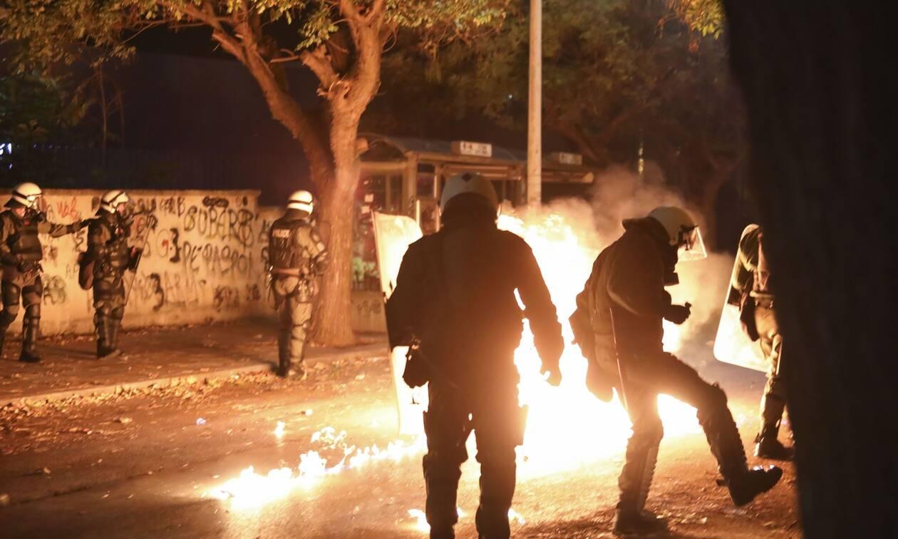 Πολυτεχνείο: Κουκουλοφόροι επιτέθηκαν με μολότοφ στα ΜΑΤ