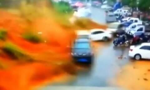 Τρομακτικό: «Τσουνάμι» λάσπης «καταπίνει» ολόκληρη γειτονιά (vid)