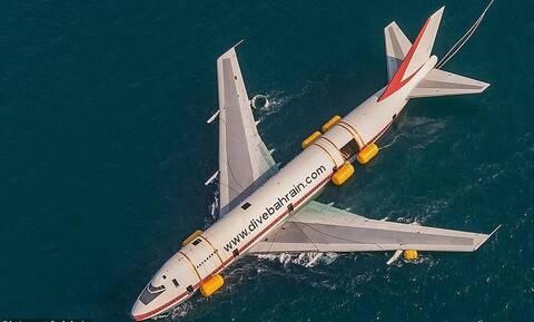 Ένα Boeing στη θάλασσα του Μπαχρέιν: Το εντυπωσιακό βίντεο μεταφοράς του