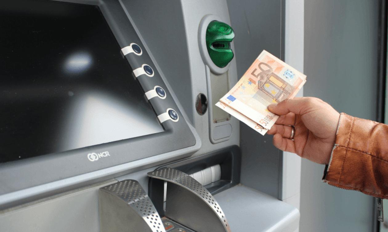 Προμήθεια - «φωτιά» για αναλήψεις μετρητών από τα ATM