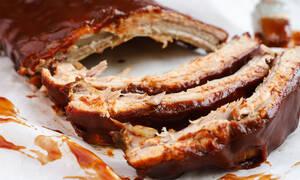 Η συνταγή της ημέρας: Καραμελωμένα spare ribs με bbq sauce και σαλάτα coleslaw