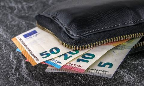 Θεσσαλονίκη: Βρήκε στο ταξί του πορτοφόλι με 5.200 ευρώ και το παρέδωσε στη γυναίκα που το έχασε