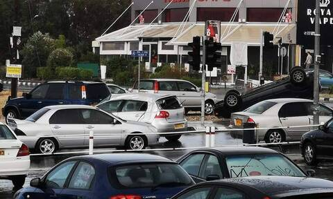 Απίστευτες εικόνες στην Κύπρο: Ανεμοστρόβιλος αναποδογύρισε οχήματα