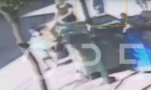 Βίντεο ΣΟΚ: Η στιγμή που η 68χρονη σέρνει το πτώμα της μητέρας της στη μέση του δρόμου