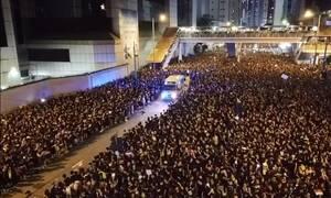 Τρομερό! Χιλιάδες διαδηλωτές άνοιξαν δρόμο για ασθενοφόρο σε δευτερόλεπτά! (pics+vid)