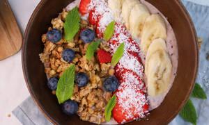 Η συνταγή της ημέρας: Υγιεινό μπολ (Buddha bowl) με γκρανόλα και φρούτα