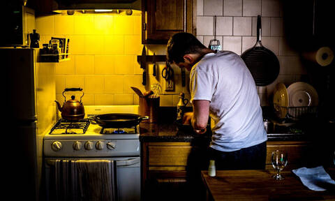 #WannabeMasterChef: Πέντε ιδέες που αναβαθμίζουν άμεσα την κουζίνα του εργένη
