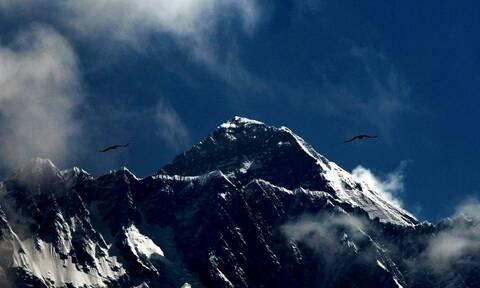 Κυκλοφοριακή συμφόρηση στο Έβερεστ: Ρεκόρ από ορειβάτες που έφτασαν φέτος στην κορυφή