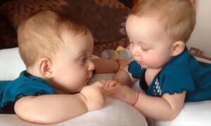 """Δίδυμα μωράκια """"μιλάνε"""" μεταξύ τους - Θα λιώσετε (vid)"""