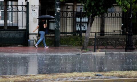 Καιρός: Καταιγίδες, χαλάζι και κεραυνοί στην Αττική - Προσοχή τις επόμενες ώρες