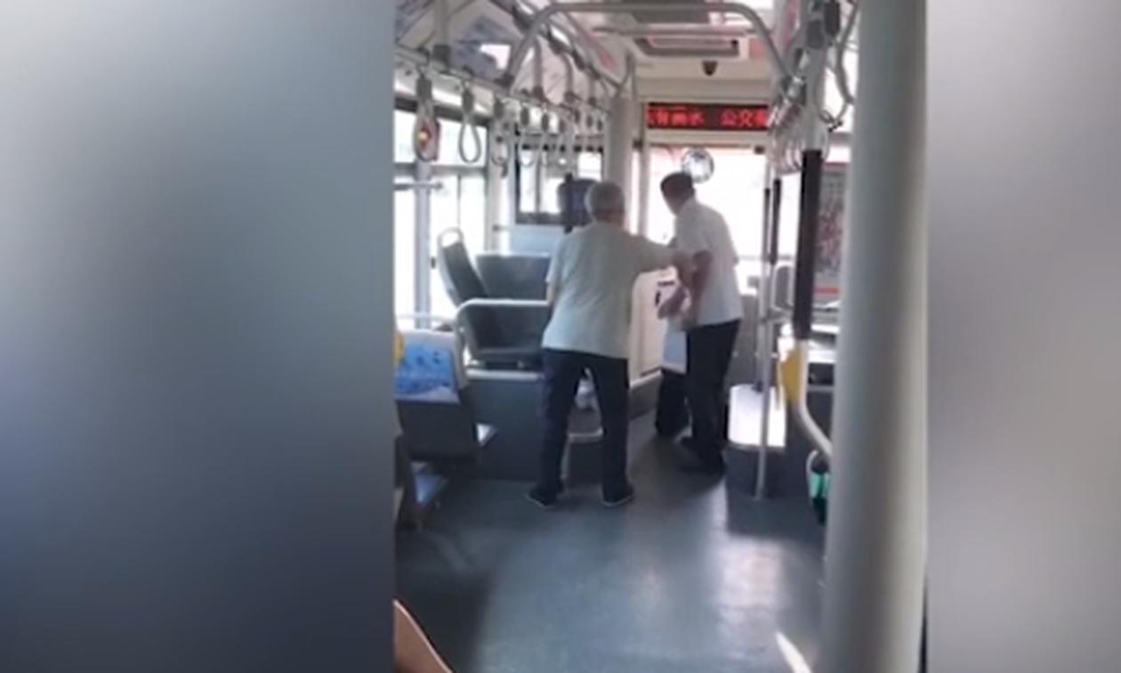 Οδηγός λεωφορείου ζητά γονατιστός συγγνώμη από επιβάτη  - Δείτε γιατί (video)
