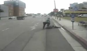 Σοκ: Νεαρός χτύπησε βίαια ηλικιωμένο ποδηλάτη στη μέση του δρόμου (vid)