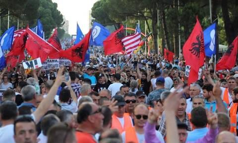 Κλιμακώνεται η κρίση στην Αλβανία: Οπαδοί της αντιπολίτευσης πυρπόλησαν εκλογικό υλικό