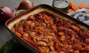 Εύκολη συνταγή για γίγαντες κοκκινιστούς στο φούρνο
