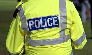 Απίστευτο: Αστυνομικός αφήνει σύξυλους τους δημοσιογράφους – Δείτε τον λόγο (pics)