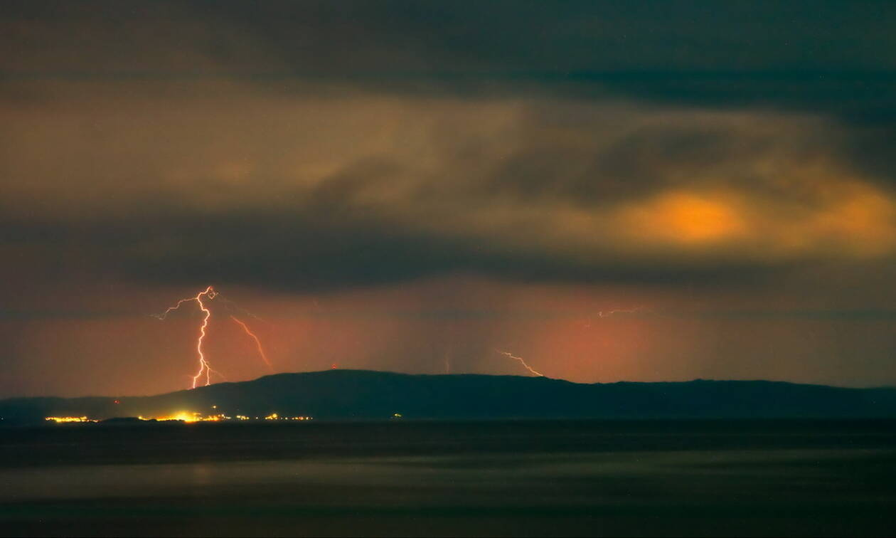 Καιρός τώρα: Πουθενά το καλοκαίρι - Με καταιγίδες και η Πέμπτη - Προσοχή στους κεραυνούς (pics)