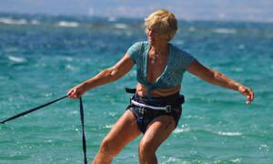 Ελληνίδα σέρφερ ετών 81!