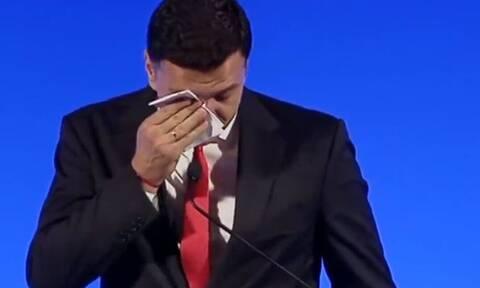 Έβαλε τα κλάματα ο Βασίλης Κικίλιας - Δείτε το βίντεο