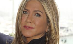 H Jennifer Aniston είναι μία σέξι 50άρα! Δες την με μικροσκοπικό μπικίνι