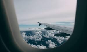 Κοίταξε έξω από το παράθυρο του αεροπλάνου και αντίκρισε τον χειρότερο εφιάλτη (vid)